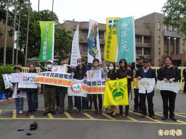 台灣健康空氣行動聯盟等多個環保團體到行政院陳情,抗議馬政府盲目調降電價,要求速檢討電價公式。(記者李欣芳攝)