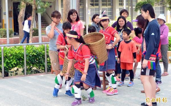 竹埔國小結合學校原民舞蹈特色,首度舉辦「慶祝兒童節暨原住民運動會」活動。(記者王涵平攝)