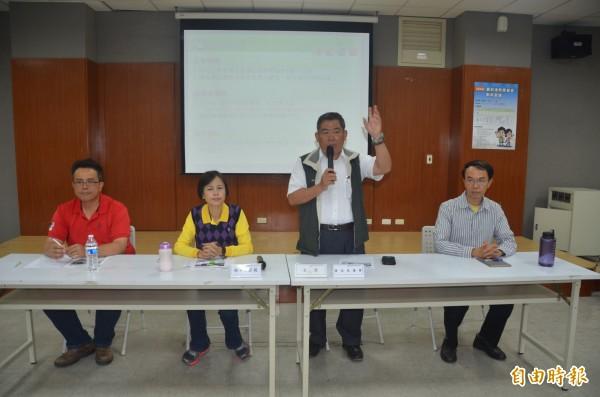 環保局長魯臺營、屏東市長林亞蒓召開公廳會聽取攤商的意見。(記者葉永騫攝)