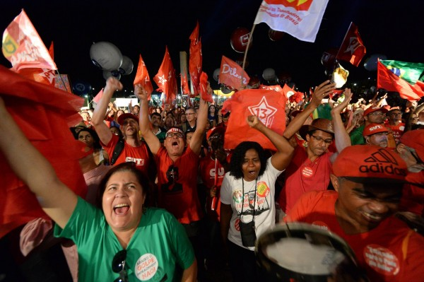 支持總統羅塞夫的民眾湧入市區,以揮舞勞工黨的紅色旗幟、身穿紅衣、製作抗議標語等和平抗議的方式表達對總統的支持。(歐新社)