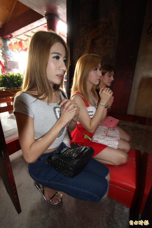 圖為三名泰國變性人去年到嘉市大福興宮月老祖廟參拜。與本新聞無關。(資料照,記者王善嬿翻攝)
