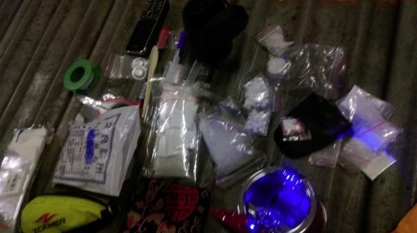 警方從許嫌身上及車內搜出海洛因、安非他命等毒品。(記者許國楨翻攝)