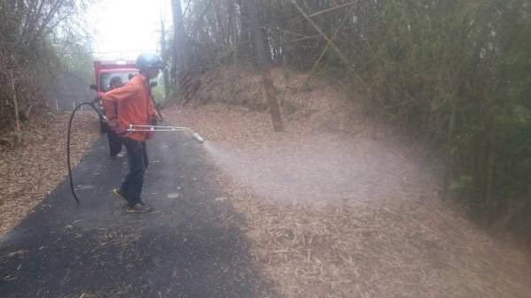 屏東林管處為防範掃墓引發大火,針對靠近公墓地區的林班地周邊,進行阻燃劑噴灑作業。(記者李立法翻攝)