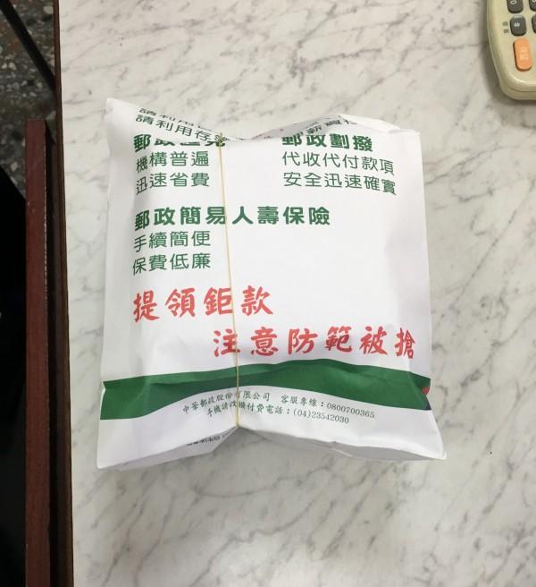 台中霧峰分局員警和郵局行員,聯手以茶葉假裝現金成功阻詐,幫吳姓老翁保住60萬老本。(記者陳建志翻攝)