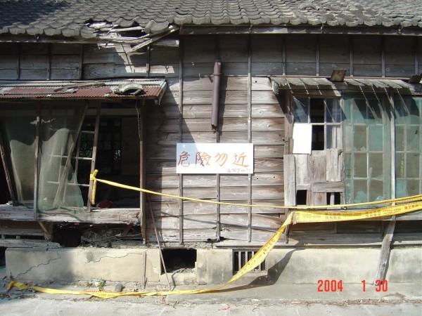 苗栗山腳國小日式宿舍整修前因有坍塌之虞,被圍起標示危險勿近。(圖由葉文輝提供)