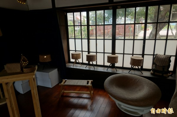苗栗山腳國小日式宿舍內部,有藺編工藝師現場編織,並提供藺編藝品展售。(記者吳欣恬攝)