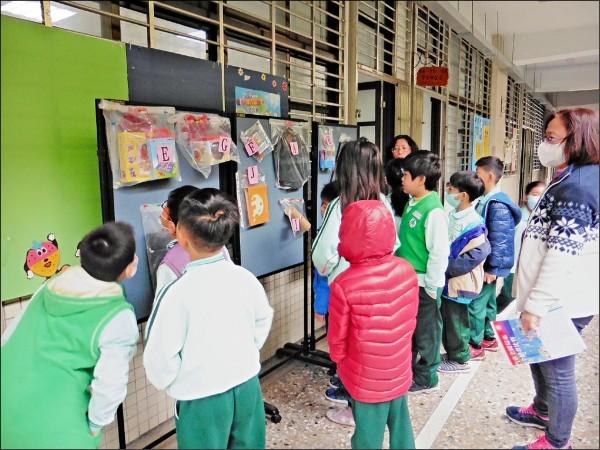 慶祝兒童節,重慶國小讓學童自行選擇喜歡的兒童節禮物。(圖:重慶國小提供)