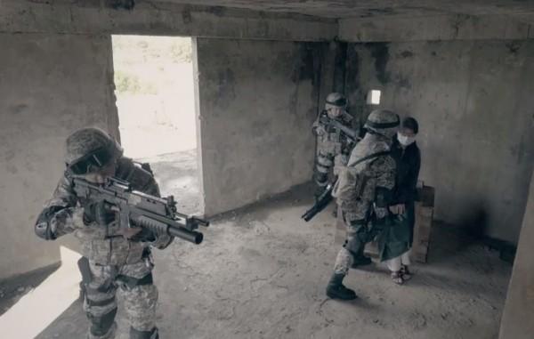 兩名女性下士的母親被賦予了特別的任務,就是扮成「國人遭恐怖分子挾持」模擬行動中的人質。(圖擷自「國防部發言人」臉書)