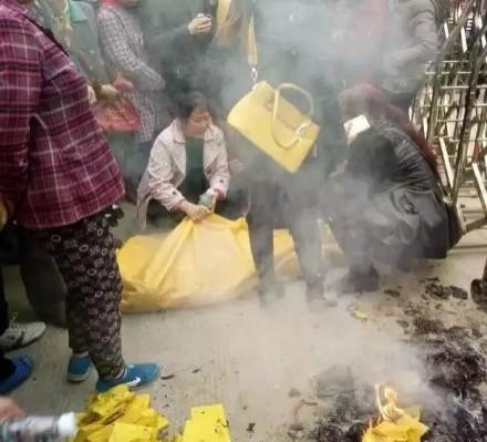 家屬在小學宿舍外燒紙錢痛哭。(圖擷自《中國青年網》)