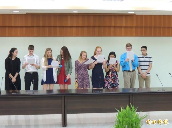 來苗栗交流的美國大學及高中生,高唱中文歌,大秀學習成果。(記者張勳騰攝)