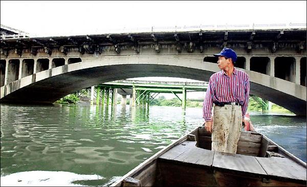 百年歷史的中山舊橋,多年前遷建工程前,擺渡船夫回首一望最後身影。(資料照)