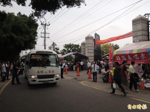 南市南區新都金寶塔區只准行人與接駁公車進入,一改過往人車擁擠景象。(記者王俊忠攝)