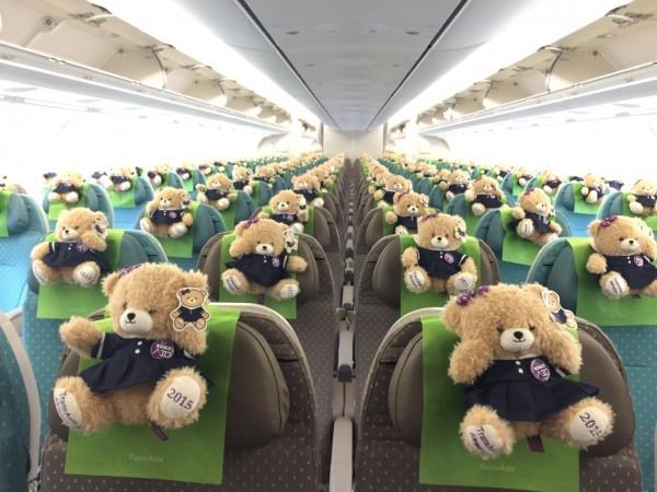 復興航空大砍北海道航班,被業界推測認為是旅客不如預期。圖為復興航空首度啟用空中巴士A330直飛東京時,贈送首航乘客每位一只Q版空姐小熊。 (復興航空提供)