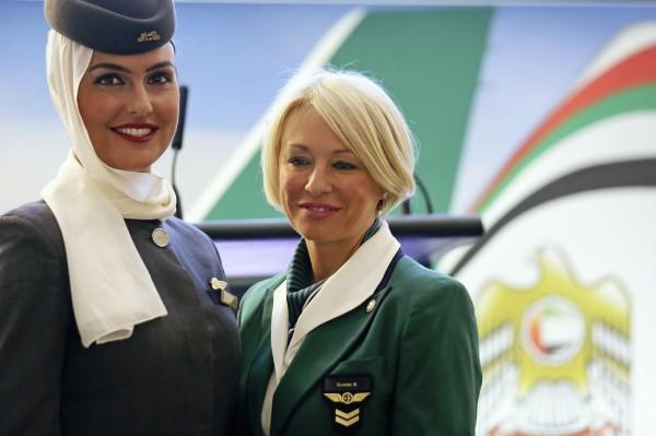 伊朗女性因為文化與宗教因素,經常必須長期穿著頭巾。(路透)