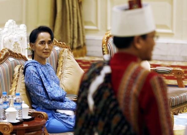 翁山蘇姬卸下能源部和教育部部長兩職,確定出掌外交部和總統辦公室部長。全民盟強調翁山蘇姬還是會擔任總統廷覺的「發言人」。(美聯社)