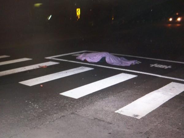 男子慶生後路倒,慘遭輾斃。(記者蔡政岷翻攝)