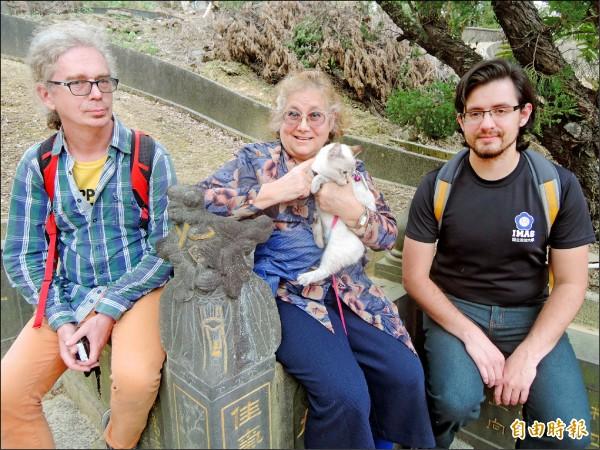 奧利華(左起)、艾琳達和友人坐在墓前休息,對墳墓無台灣人的傳統忌諱。(記者翁聿煌攝)