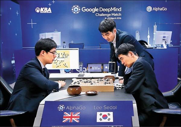 Google圍棋程式AlphaGo上月打敗韓國棋王李世乭(右),展現人工智慧(AI)威力。 (美聯社)