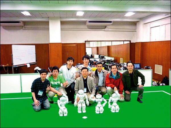 台北科技大學林顯易教授與學生投入研發機器人,機器人運作流程有「感測、決策、動作」三階段,而AI屬於決策端。(林顯易提供)