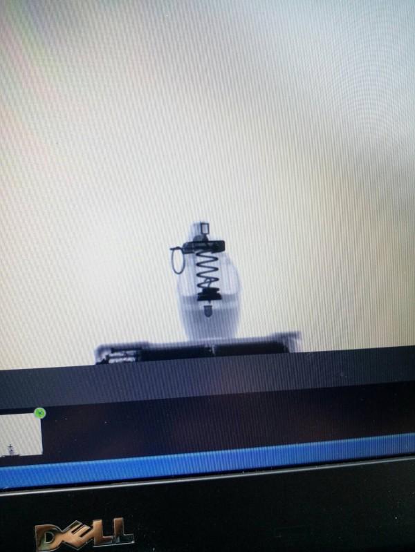 疑似手榴彈經X光照攝畫面。(記者劉慶侯翻攝)