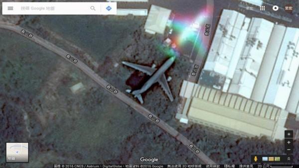 這架客機飛越彰化縣花壇鄉,看似停在田裡,引發網友瘋傳。(翻攝自臉書花壇人俱樂部)