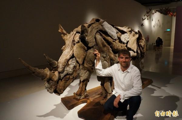 美國藝術家傑夫洛.烏伊托運用漂流木,創作出具有力與美的作品「犀牛」。(記者林孟婷攝)