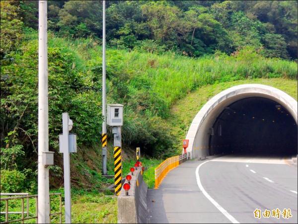 黃姓男子被台62甲線3號隧道外這支測速桿拍到超速42公里。(記者林嘉東攝)
