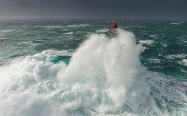 島礁上高達47公尺的燈塔被巨浪淹沒。(圖擷取自鏡報)