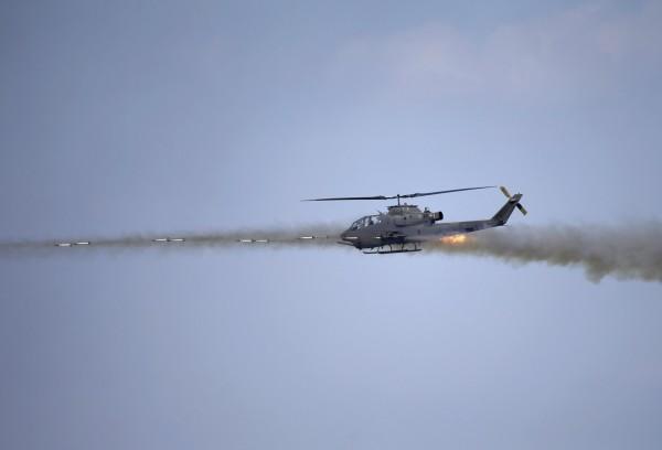 南韓陸軍一位相關人士表示,昨日南韓2架「眼鏡蛇」直升機昨日在白翎島進行的實彈射擊演習,主要是為了因應北韓突襲登陸。圖為去年南韓軍演以同型直升機演練的畫面。(路透)