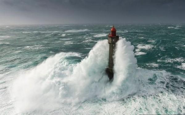攝影師瑞文在直升機上拍下巨浪吞噬島上燈塔的瞬間,讓人見識到大自然的可怕力量。(圖擷取自鏡報)