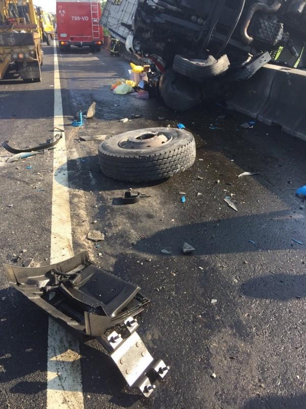 整起事故的禍首就是這顆脫落的輪胎。(記者湯世名翻攝)
