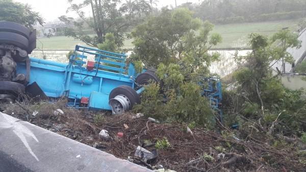 1輛載運硫酸的化學槽車翻覆,少許硫酸外洩,消防人員現場警戒。(記者湯世名翻攝)