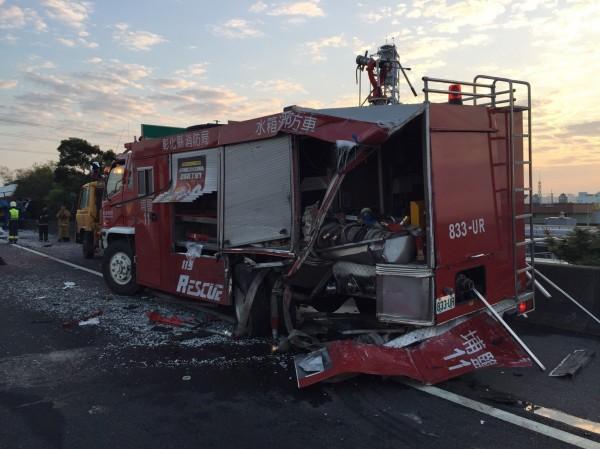 彰化縣消防局埔鹽分隊消防車慘遭拖板車追撞,車體嚴重受損。(記者湯世名翻攝)