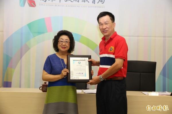 范巽綠(左)表揚青年國中老師陳一宏。(記者方志賢攝)