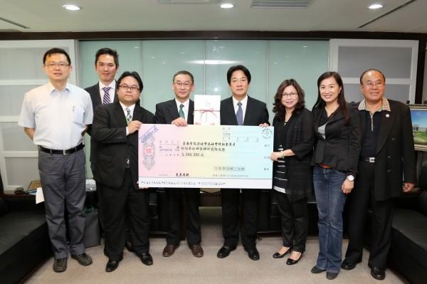 日本李登輝之友會拜會台南市長賴清德,並帶來日幣500多萬元的善款援助台南震災。(南市府提供)