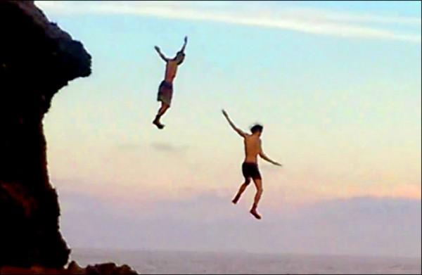 去年有男子跳船帆石遭罰。(記者蔡宗憲翻攝)