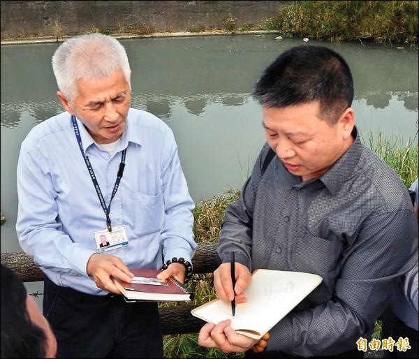 南投縣政府觀光處長王源鍾(左),與溫州市文化訪問團人員前往集集鎮清水溪現勘。(記者張協昇攝)