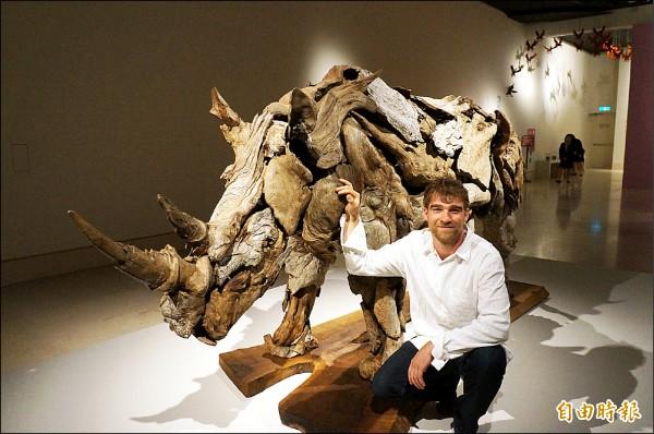 美國藝術家傑夫洛.烏伊托運用漂流木,完成兼具力與美的作品「犀牛」。(記者林孟婷攝)