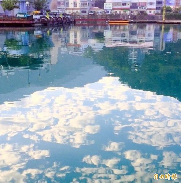日月潭出現「湖中霧」奇景,魚群往湖面游動,令地方民眾忐忑不安。(記者謝介裕攝)