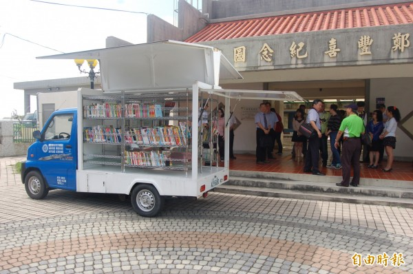 口湖行動圖書館經常巡迴村落,供偏鄉孩子借閱圖書。(記者陳燦坤攝)