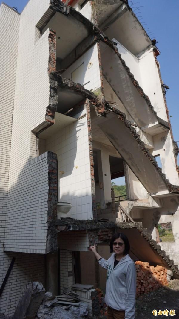 震災危樓迄未拆除,鄰近住戶人心惶惶,台中市議員張芬郁要求市府儘速處理燙手山芋。(記者黃鐘山攝)