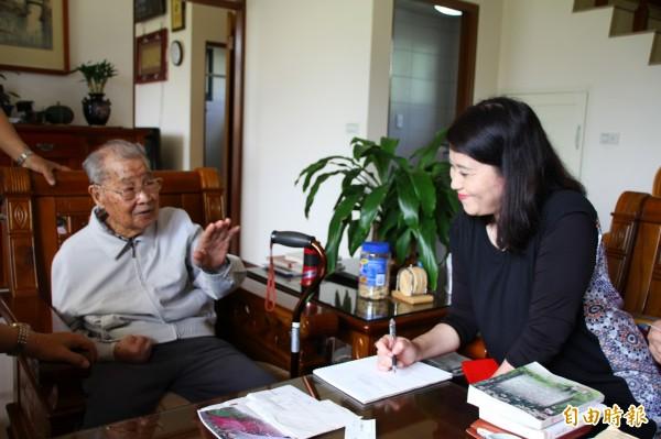 日本作詩家協會理事京惠里子(右),特別到埔里拜訪「櫻花爺爺」王海清(左)。(記者佟振國攝)