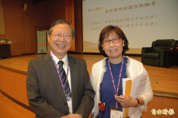 高醫大講座教授周逸衡(左)認為書院教育對學生感恩等素養更進步。(記者方志賢攝)