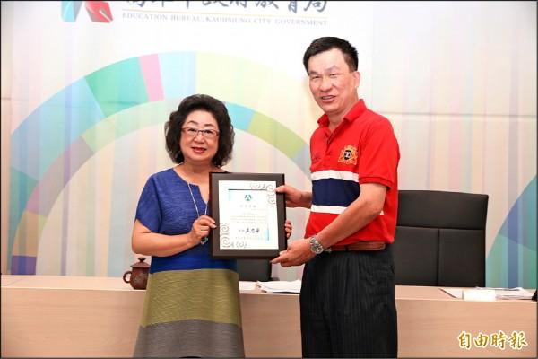 教育局長范巽綠(左)表揚青年國中老師陳一宏。(記者方志賢攝)