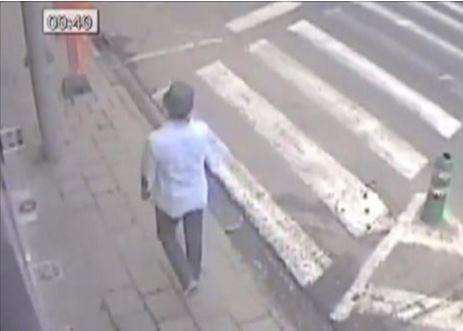 最後監視器目擊畫面則落在9時49分,隨後監視器失去他的蹤影。(圖擷取自BBC)
