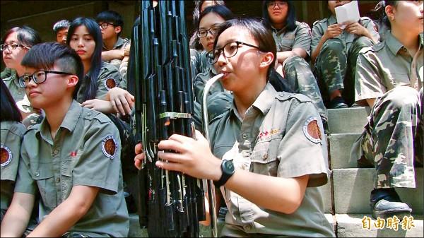 彰藝中音樂班學生江昀諪,在今年大學術科考試笙樂器項目,以優異的成績摘下榜首,笙經她手,傳出動人悅耳的樂聲。(記者張聰秋攝)
