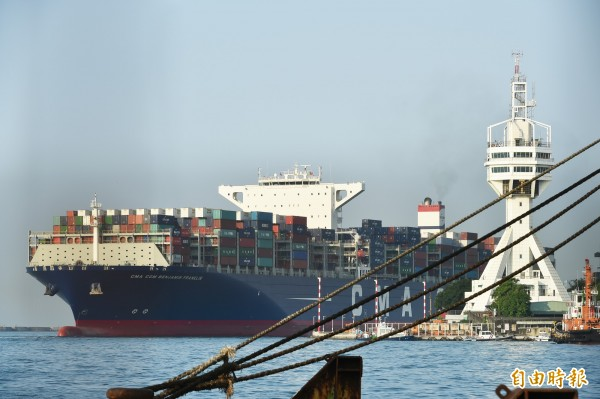 全球最大貨櫃輪「班傑明富蘭克林」今天清晨首航高雄港。 (記者張忠義攝)