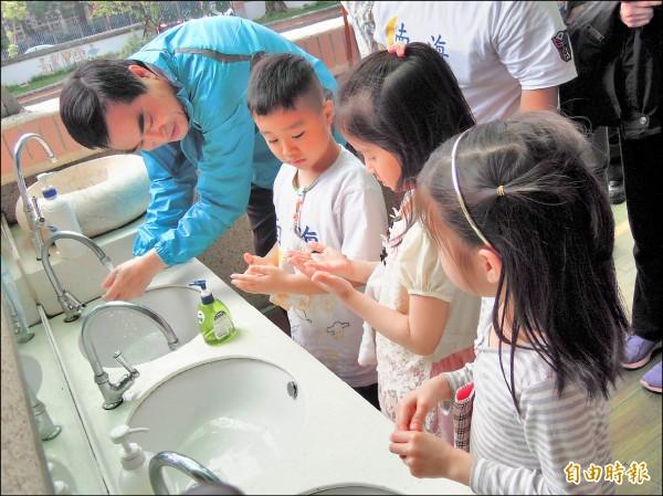 台北市副市長鄧家基昨天赴南海實驗幼兒園,教導小朋友正確洗手五步驟。(記者梁珮綺攝)