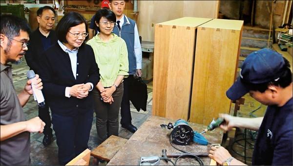 總統當選人蔡英文(左二)昨到竹縣參加「台三線沙龍/打造藝文聚落平台」活動,參觀位在台三線上的「意念工房」,並與在地藝文工作者座談。(中央社)