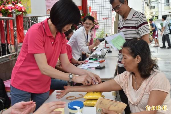 永義的「社區健康營造」免費義診,吸引不少民眾參與前來關心自身健康。(記者張忠義攝)